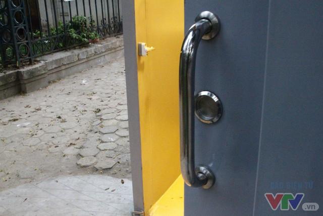 Cận cảnh nhà vệ sinh công cộng xanh, sạch, tiết kiệm ở Hà Nội - Ảnh 3.