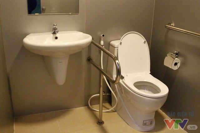 Cận cảnh nhà vệ sinh công cộng xanh, sạch, tiết kiệm ở Hà Nội - Ảnh 7.