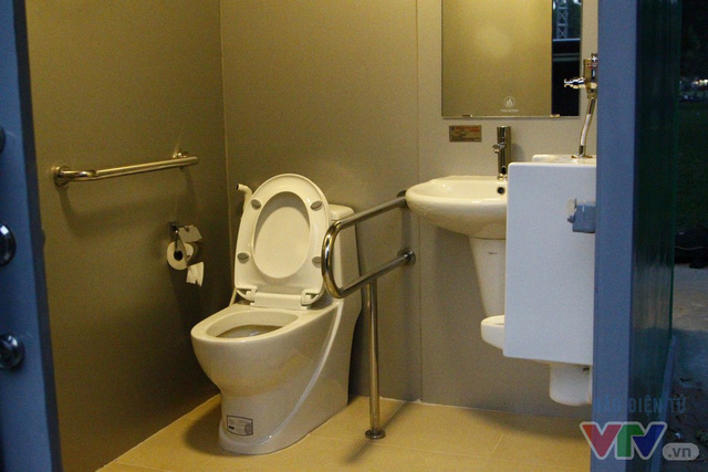 Cận cảnh nhà vệ sinh công cộng xanh, sạch, tiết kiệm ở Hà Nội - Ảnh 5.