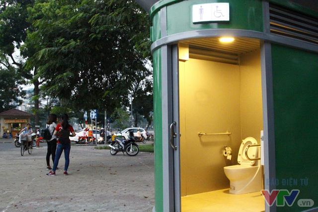 Cận cảnh nhà vệ sinh công cộng xanh, sạch, tiết kiệm ở Hà Nội - Ảnh 1.