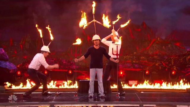 Chết cười với vẻ đơ của Simon Cowell trong Americas Got Talent - Ảnh 3.