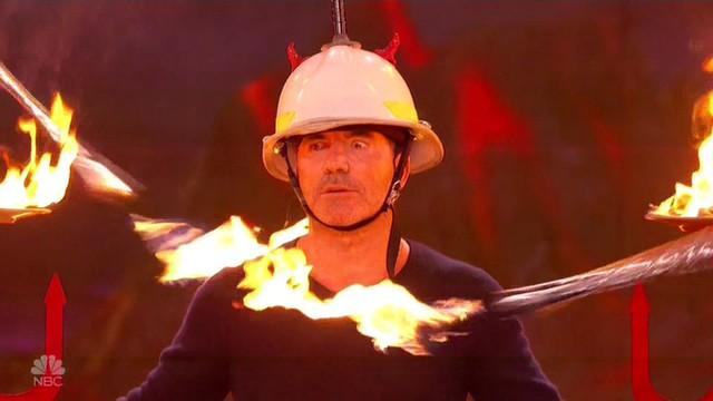 Chết cười với vẻ đơ của Simon Cowell trong Americas Got Talent - Ảnh 6.