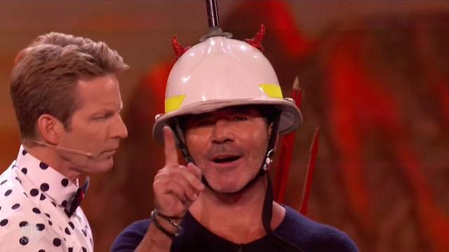 Chết cười với vẻ đơ của Simon Cowell trong Americas Got Talent - Ảnh 2.