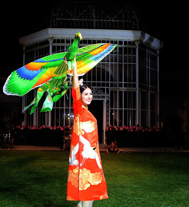 Hoa hậu Ngọc Hân sánh bước cùng người mẫu Pháp tại Paris - Ảnh 1.