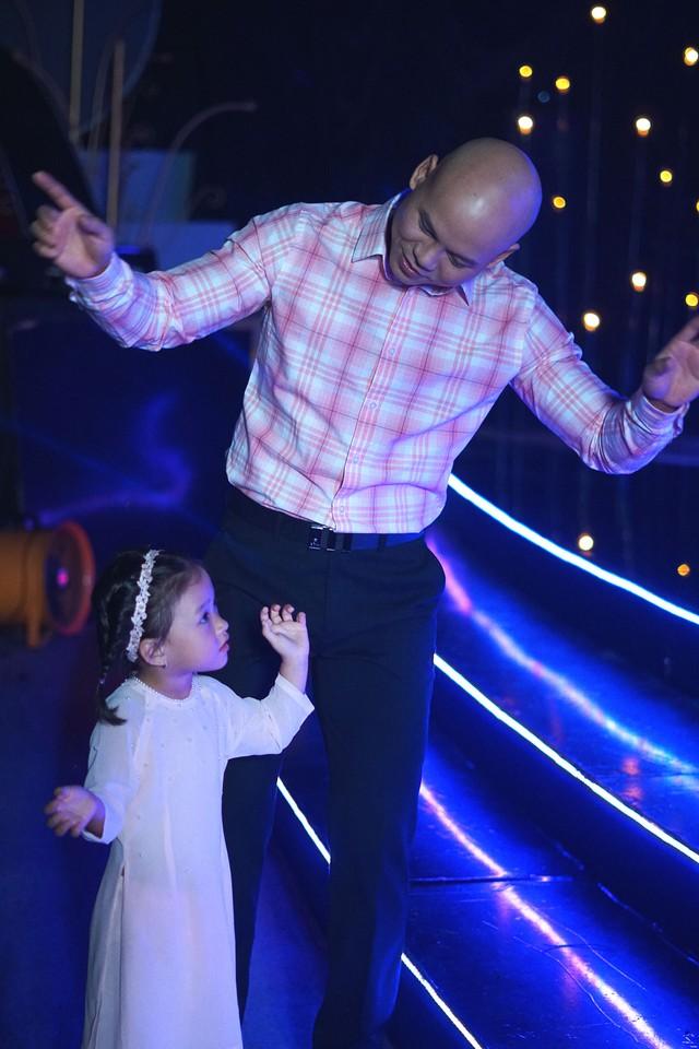 Con gái Phan Đinh Tùng siêu đáng yêu trong Sài Gòn đêm thứ 7 - Ảnh 8.