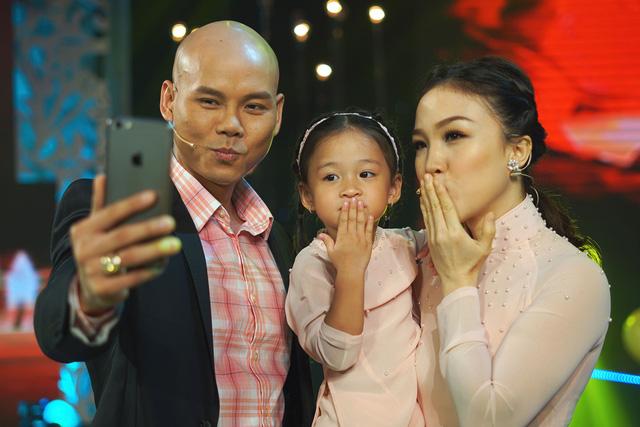 Phan Đinh Tùng nịnh vợ ở hậu trường Sài Gòn đêm thứ 7 - Ảnh 1.
