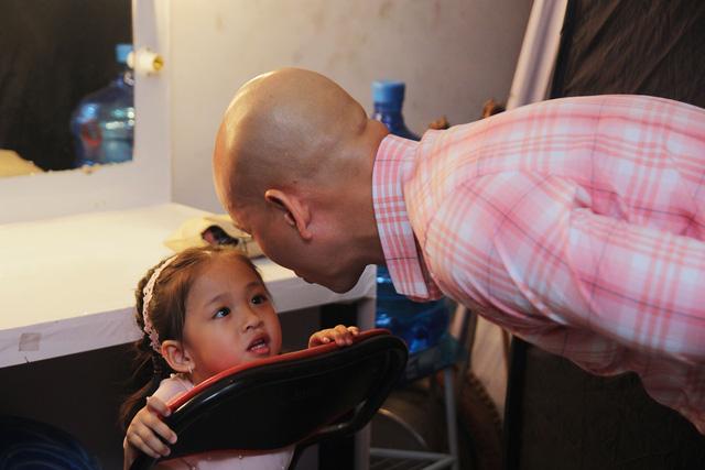 Con gái Phan Đinh Tùng siêu đáng yêu trong Sài Gòn đêm thứ 7 - Ảnh 1.