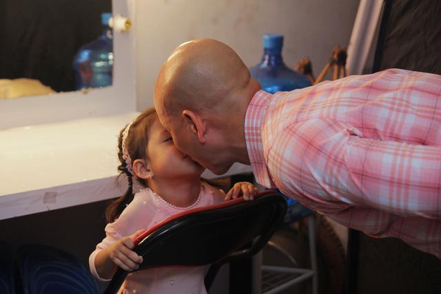 Con gái Phan Đinh Tùng siêu đáng yêu trong Sài Gòn đêm thứ 7 - Ảnh 2.