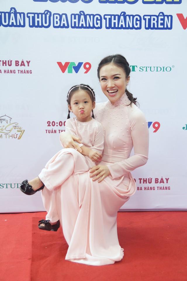 Con gái Phan Đinh Tùng siêu đáng yêu trong Sài Gòn đêm thứ 7 - Ảnh 4.