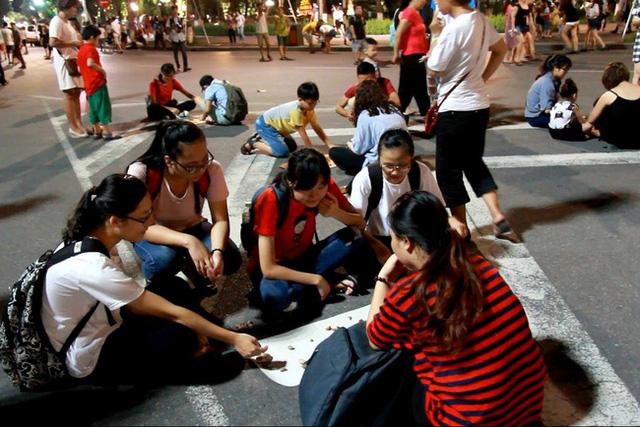 Phố đi bộ tại Hà Nội: Các điểm vui chơi giải trí còn hạn chế - Ảnh 1.