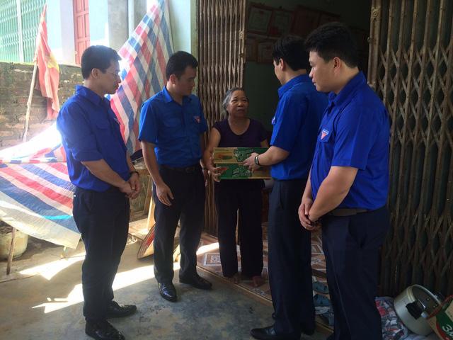 Đoàn thanh niên chia sẻ khó khăn với bà con vùng lũ Lào Cai - Ảnh 1.