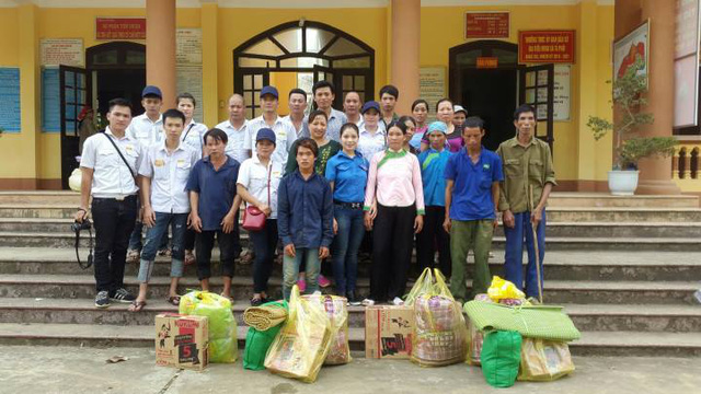 Đoàn thanh niên chia sẻ khó khăn với bà con vùng lũ Lào Cai - Ảnh 2.
