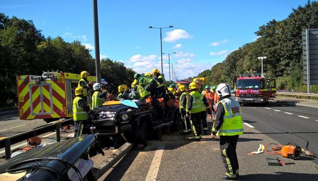 Xe sang của sao Ngoại hạng Anh nát bét sau tai nạn kinh hoàng - Ảnh 4.