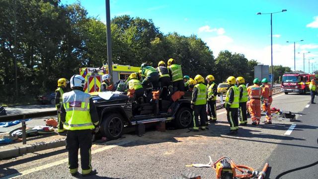 Xe sang của sao Ngoại hạng Anh nát bét sau tai nạn kinh hoàng - Ảnh 5.