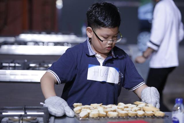 Quán quân Vua đầu bếp bày chiêu nấu nướng cho những tài năng nhỏ tuổi - Ảnh 11.