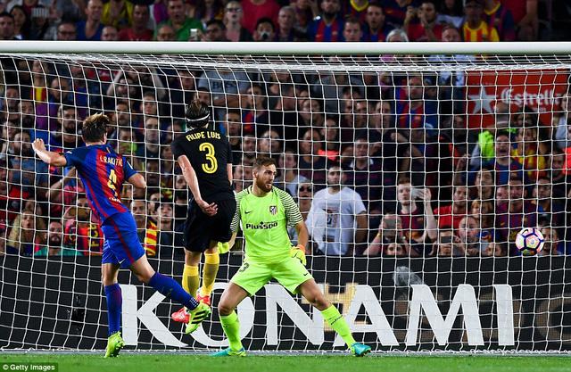 Ngả mũ trước kỷ lục kiến tạo của Iniesta - Ảnh 1.
