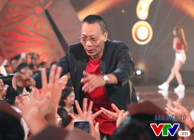 NB Lại Văn Sâm lóng ngóng thử sức với vũ điệu cồng chiêng - Ảnh 8.