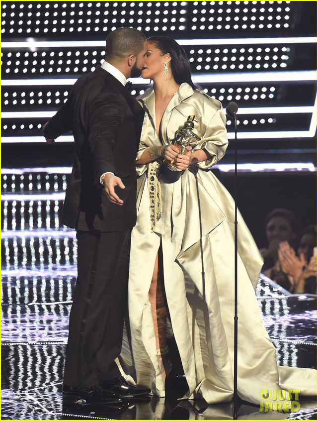 Rihanna hẹn hò với rapper Drake - Ảnh 1.