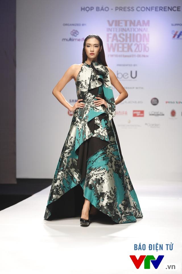Ngọc Châu mở màn Tuần lễ thời trang quốc tế Việt Nam Thu - Đông 2016 - Ảnh 16.