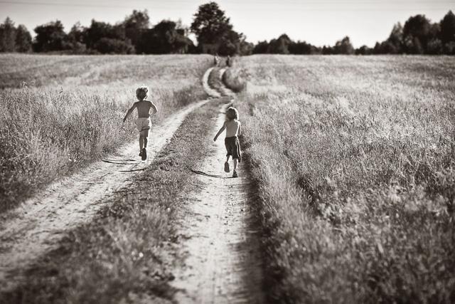 Tuổi thơ mùa hè đầy hoài niệm qua bộ ảnh đẹp mê hoặc - Ảnh 3.