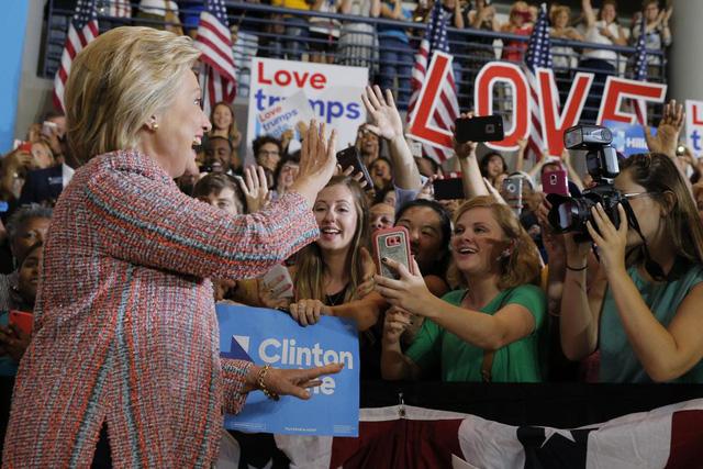 Sau ồn ào về sức khỏe, bà Hillary Clinton đã trở lại đường đua vào Nhà Trắng - Ảnh 5.