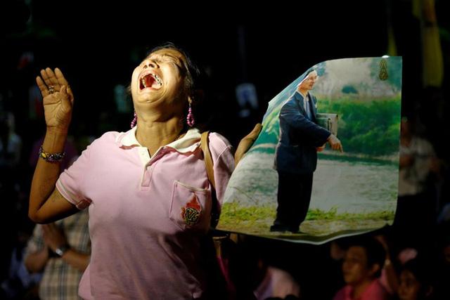 Người dân Thái Lan khóc nghẹn, tiếc thương Nhà vua Bhumibol Adulyadej - Ảnh 3.