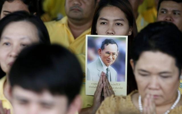 Người dân Thái Lan khóc nghẹn, tiếc thương Nhà vua Bhumibol Adulyadej - Ảnh 4.