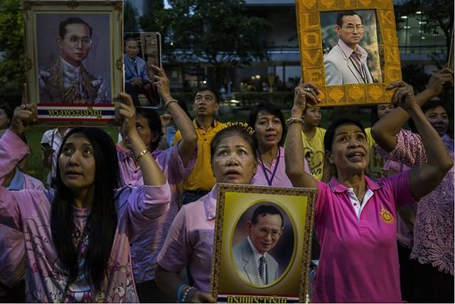 Người dân Thái Lan khóc nghẹn, tiếc thương Nhà vua Bhumibol Adulyadej - Ảnh 7.