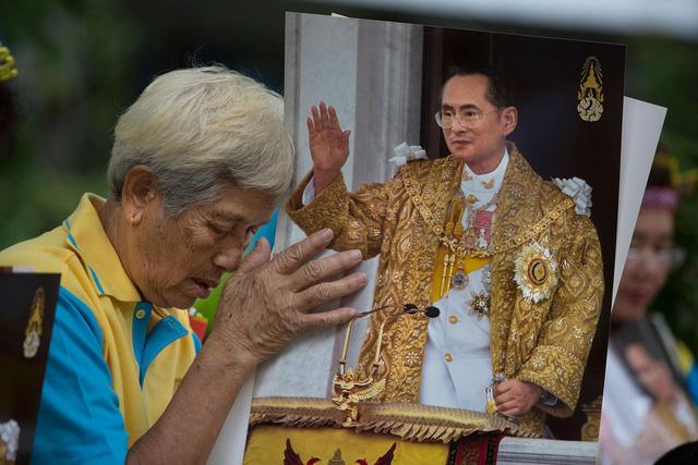 Người dân Thái Lan khóc nghẹn, tiếc thương Nhà vua Bhumibol Adulyadej - Ảnh 8.