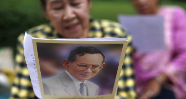 Người dân Thái Lan khóc nghẹn, tiếc thương Nhà vua Bhumibol Adulyadej - Ảnh 9.
