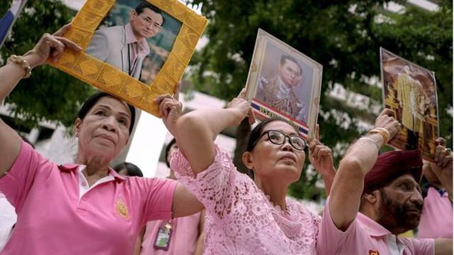 Người dân Thái Lan khóc nghẹn, tiếc thương Nhà vua Bhumibol Adulyadej - Ảnh 11.