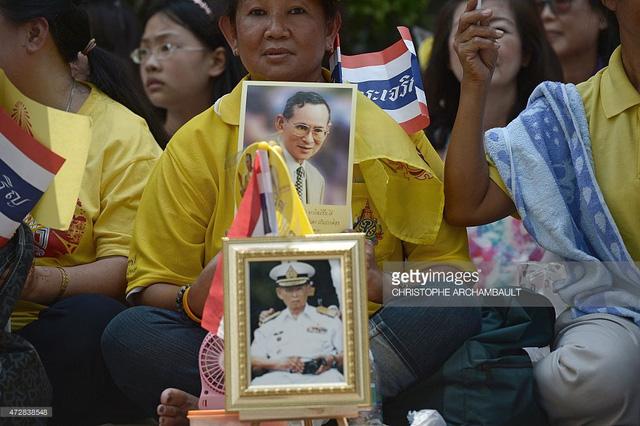 Người dân Thái Lan khóc nghẹn, tiếc thương Nhà vua Bhumibol Adulyadej - Ảnh 12.