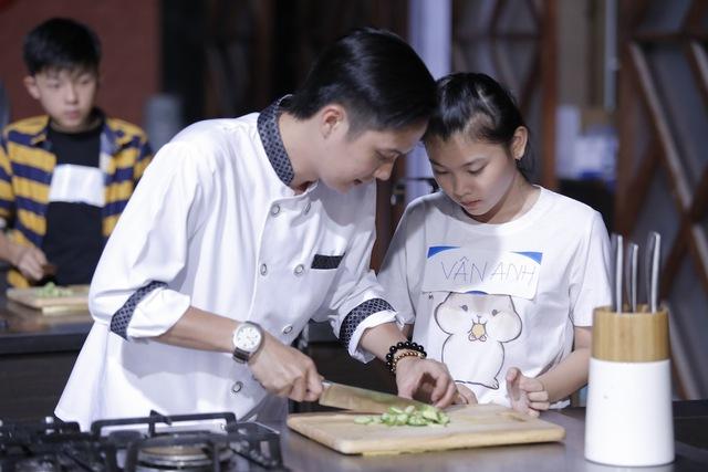 Quán quân Vua đầu bếp bày chiêu nấu nướng cho những tài năng nhỏ tuổi - Ảnh 13.