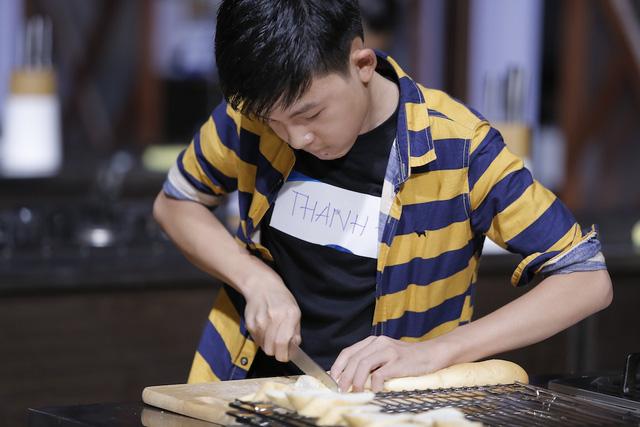 Quán quân Vua đầu bếp bày chiêu nấu nướng cho những tài năng nhỏ tuổi - Ảnh 14.