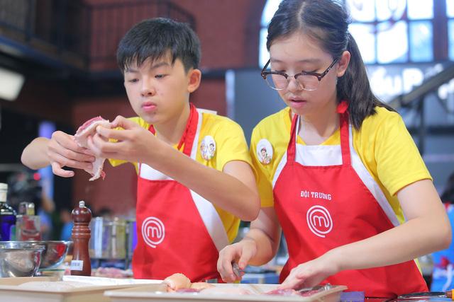 Vua đầu bếp nhí: Cô bé cá tính Phương Linh bật khóc vì không thích Thanh Hải - Ảnh 2.