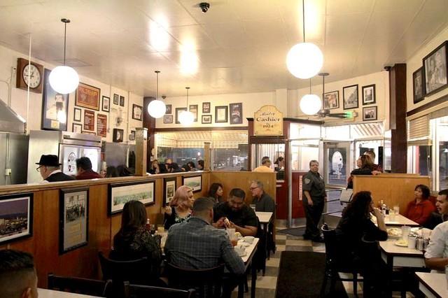 Original Pantry Cafe - Nhà hàng chưa từng đóng cửa suốt 92 năm - Ảnh 3.