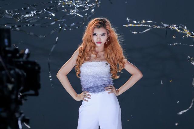 BB Trần đòi hôn, thí sinh Top Model phiêu cùng vũ điệu tóc - Ảnh 7.