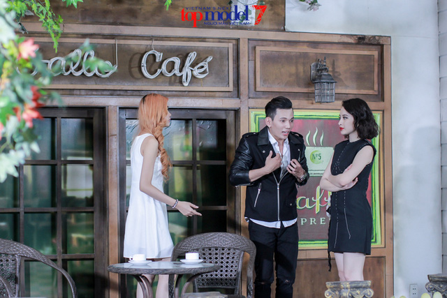 Thùy Trâm Next Top Model khóc ngon lành trong vòng tay mẹ Angela Phương Trinh - Ảnh 1.