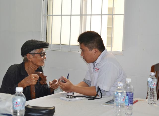 300 hộ nghèo xã đảo Thạnh An được nhận quà và khám bệnh miễn phí - Ảnh 1.