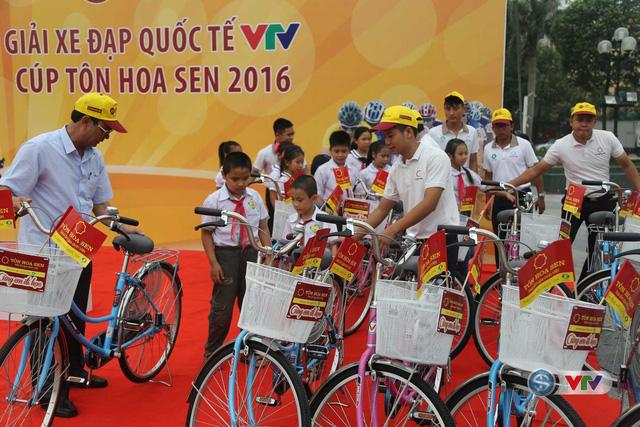 Ảnh: Khoảnh khắc ấn tượng chặng 7 Giải xe đạp quốc tế VTV - Cúp Tôn Hoa Sen 2016 - Ảnh 2.