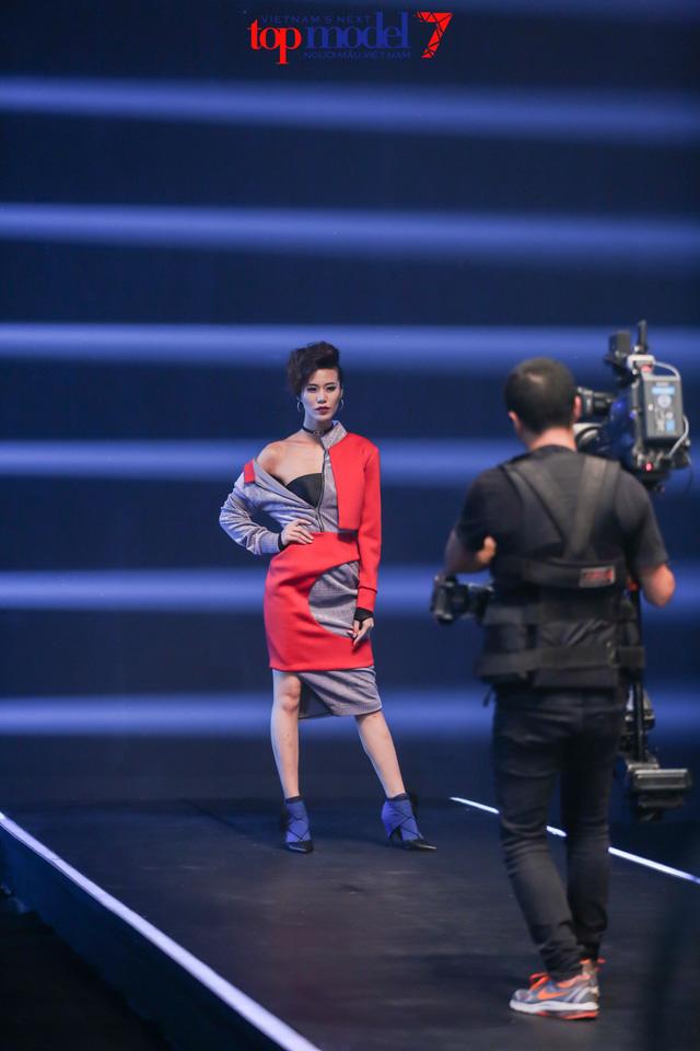 Top 7 Vietnams Next Top Model 2016 vừa catwalk ngược vừa... cởi đồ - Ảnh 3.