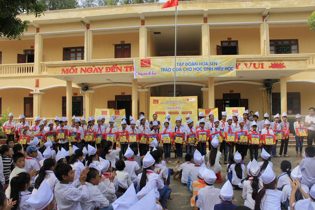Trao tặng cặp sách, vở cho 800 trường tiểu học nhân dịp khai giảng - Ảnh 1.