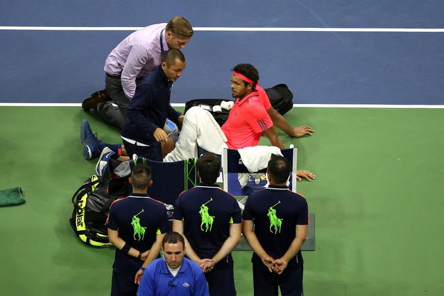 US Open 2016: Tsonga chấn thương, Djokovic nhẹ nhàng vào bán kết - Ảnh 3.