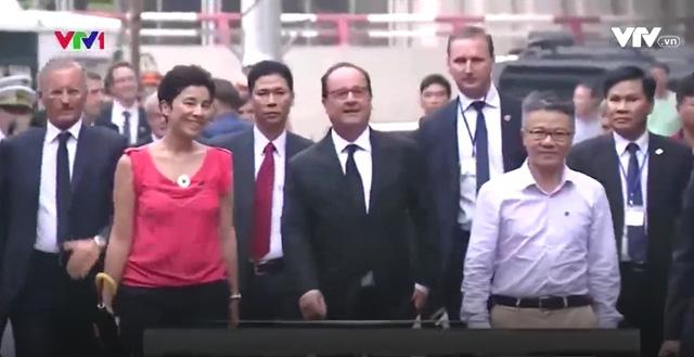 Tổng thống Pháp dạo phố cổ Hà Nội cùng giáo sư Ngô Bảo Châu - Ảnh 3.