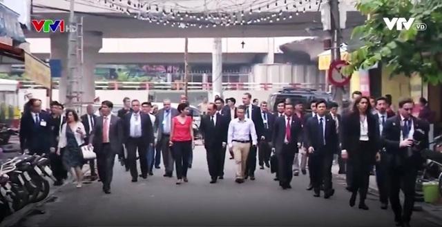 Tổng thống Pháp dạo phố cổ Hà Nội cùng giáo sư Ngô Bảo Châu - Ảnh 2.
