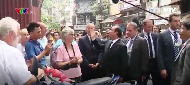 Tổng thống Pháp dạo phố cổ Hà Nội cùng giáo sư Ngô Bảo Châu - Ảnh 6.