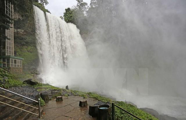 Trượt chân rơi xuống thác Đam B'ri, một du khách mất tích - Ảnh 1.