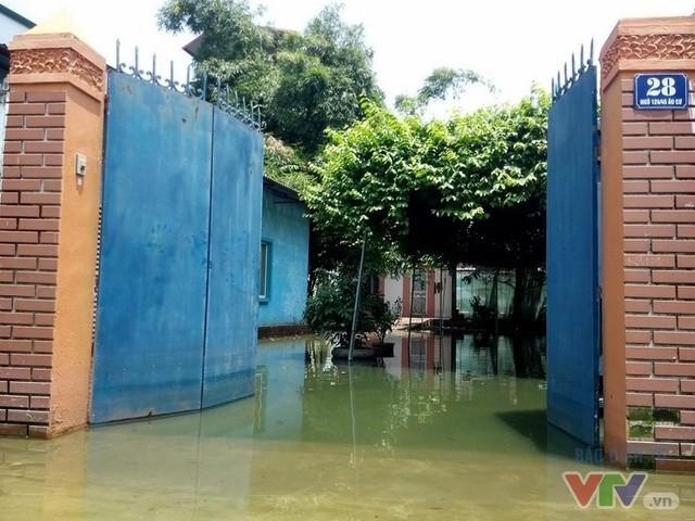 Nước ngập như sông giữa lòng Thủ đô sau 6 ngày bão qua - Ảnh 8.