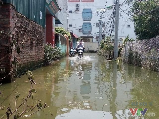Nước ngập như sông giữa lòng Thủ đô sau 6 ngày bão qua - Ảnh 2.