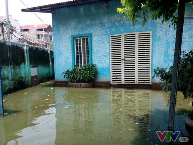 Nước ngập như sông giữa lòng Thủ đô sau 6 ngày bão qua - Ảnh 3.